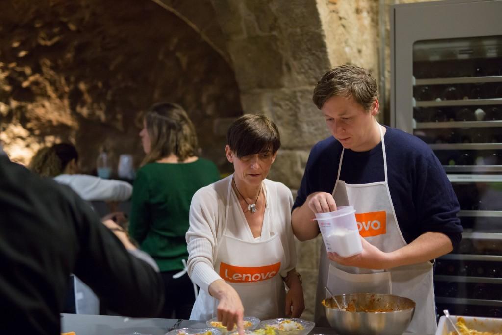 Antonia von Lenovo und ich beim Kochen ⒸRichard Deutsch